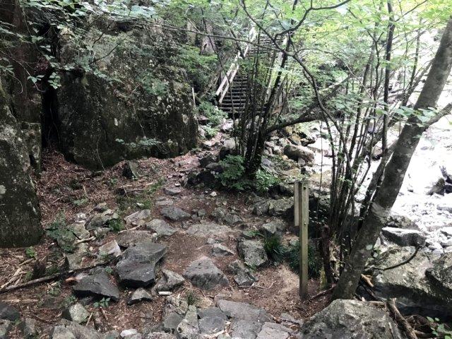 小秀山 ニノ谷登山道 休憩適地